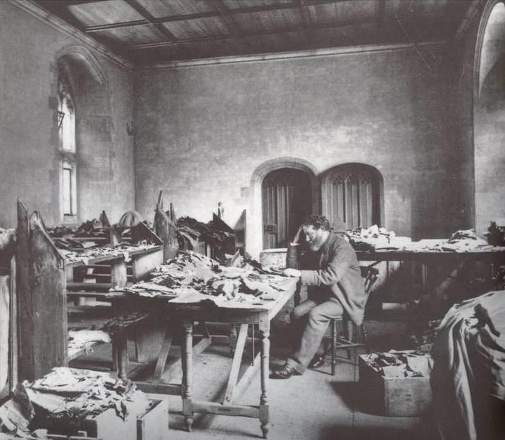 Solomon Schechter au travail dans la Genizah du Caire