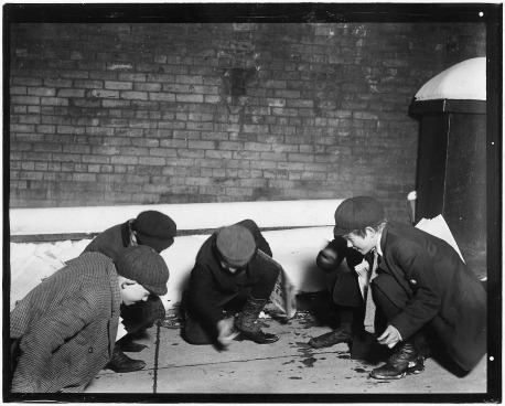 A_group_of_Newsies_playing_craps_in_the_jail_alley_at_10_P.M._Albany,_N.Y._-_NARA_-_523280