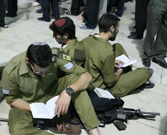 Israël se souvient de la destruction du Temple devant le Mur Occidental/Soldats assis par terre en signe de deuil/Jérusalem/Photo Torah Box